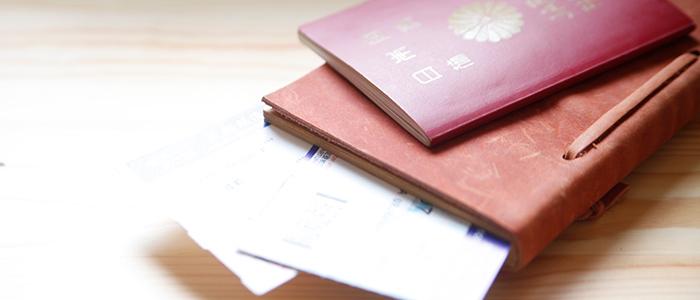 航空チケットとパスポート