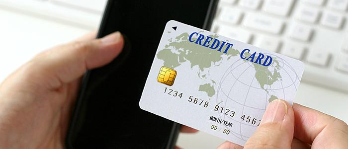 モールでのショッピングでクレジットカードを利用してマイルを貯める