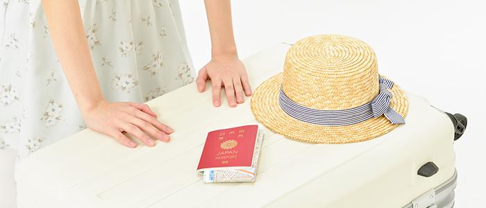 海外旅行に向けてスーツケースにう荷造りする女性